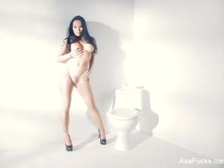 Porn legend Asa Akira lends herself a hand